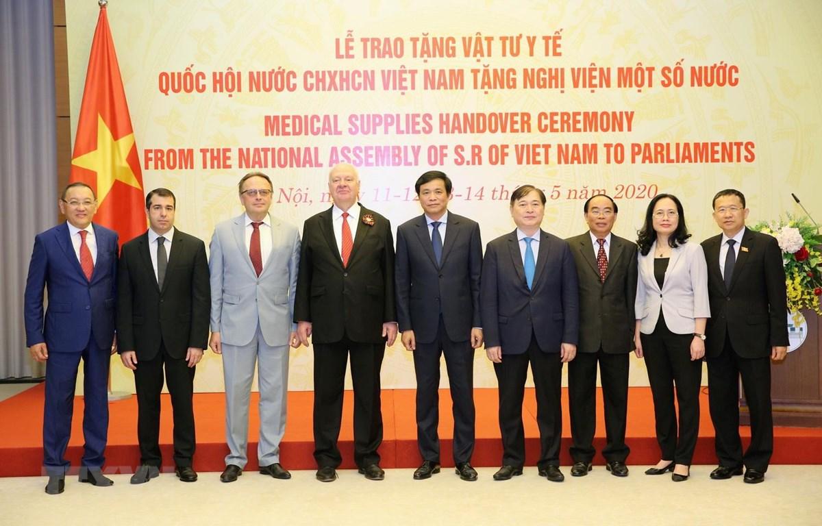Tổng Thư ký, Chủ nhiệm Văn phòng Quốc hội Nguyễn Hạnh Phúc cùng đại sứ tại buổi lễ. (Ảnh: Dương Giang/TTXVN)