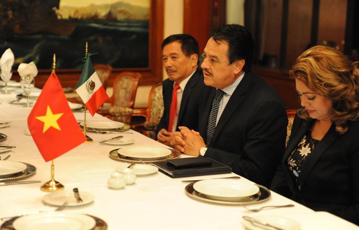 Chủ nhiệm Ủy ban Đối ngoại Hạ viện Mexico, kiêm Chủ tịch Nhóm nghị sỹ hữu nghị với Việt Nam Alfredo Femat Bañuelos - ở giữa. (Ảnh: Việt Hùng/TTXVN)
