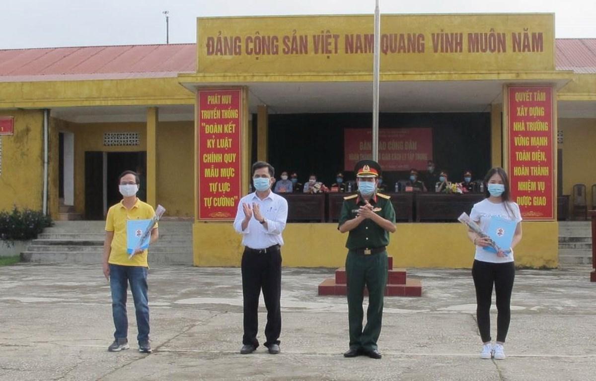 Đại diện trường Quân sự, Quân đoàn I trao giấy chứng nhận hoàn thành thời gian cách ly cho công dân. (Ảnh: Hải Yến/TTXVN)