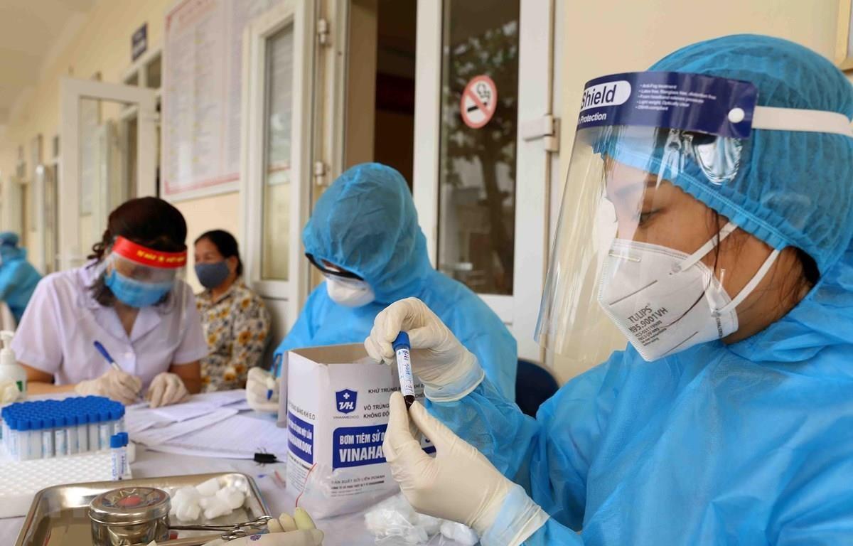 Xét nghiệm mẫu bệnh phẩm cho người dân. (Ảnh: TTXVN/Vietnam+)