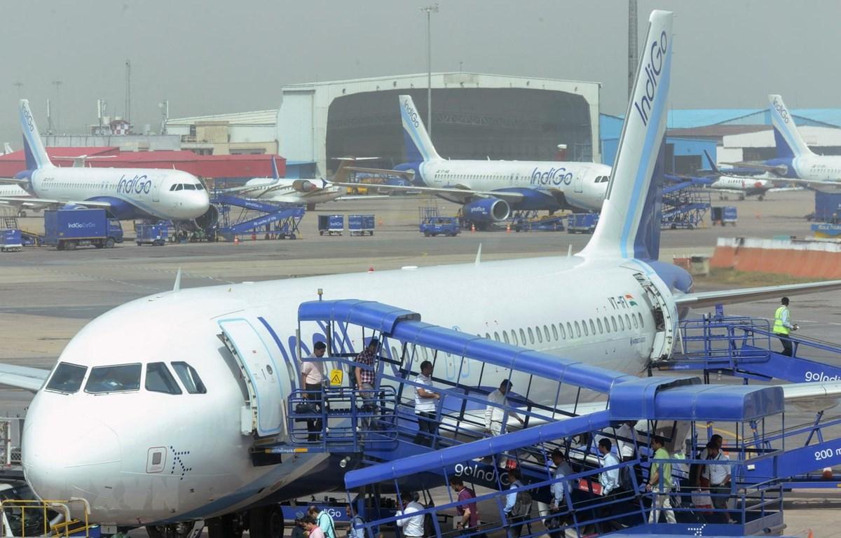 Máy bay của hãng hàng không IndiGo tại sân bay quốc tế Indira Gandhi ở New Delhi, Ấn Độ. (Ảnh: AFP/TTXVN)