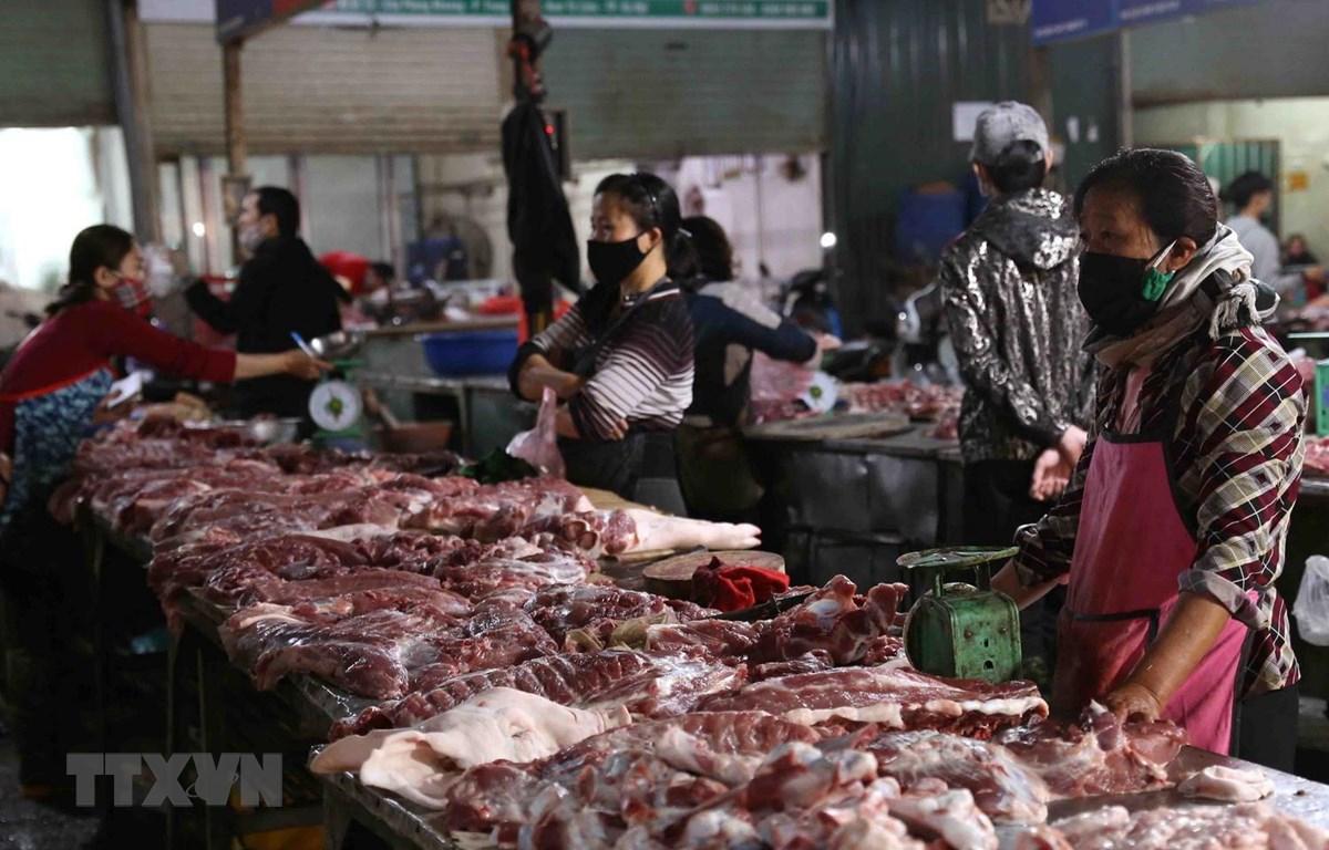 Chợ Phùng Khoang ở quận Nam Từ Liêm, thành phố Hà Nội vẫn đầy đủ nguồn hàng thịt lợn, thịt gà các loại nhưng giá vẫn cao. (Ảnh: Vũ Sinh/TTXVN)