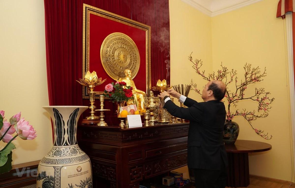 Đại sứ Việt Nam tại Áo Lê Dũng dâng hương. (Nguồn: Đại sứ quán Việt Nam tại Áo)