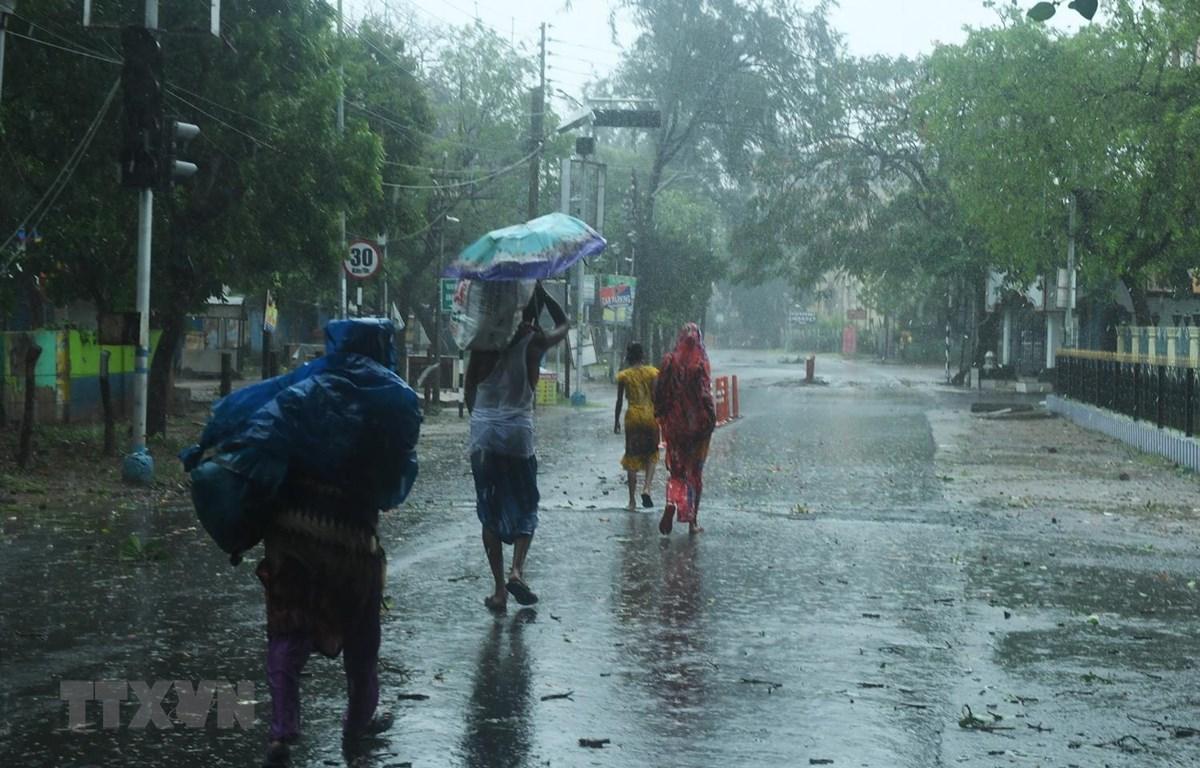 Người dân sơ tán tới nơi ở tạm để tránh bão Amphan tại Digha, Tây Bengal, Ấn Độ, ngày 18/5 vừa qua. (Ảnh: AFP/TTXVN)