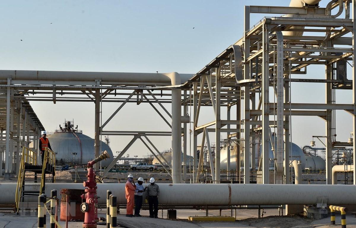 Công nhân làm việc tại nhà máy lọc dầu Abqaiq của Aramco ở Saudi Arabia. (Ảnh: AFP/TTXVN)