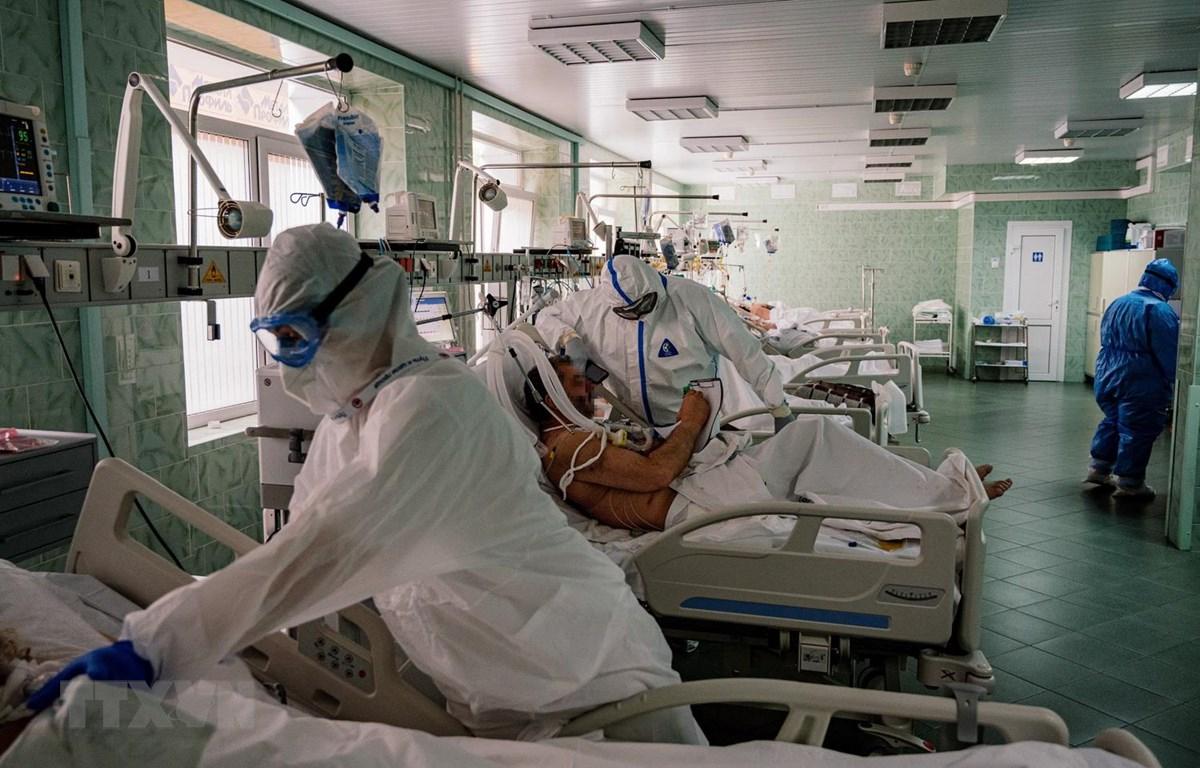 Nhân viên y tế chăm sóc bệnh nhân mắc COVID-19 tại một bệnh viện ở Moskva của Nga. (Ảnh: AFP/TTXVN)