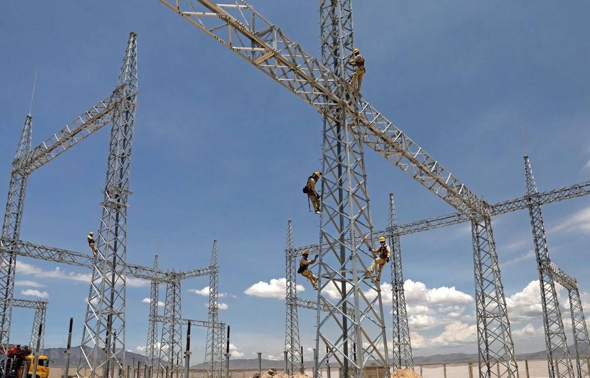 Công nhân điện lực kểm tra, giám sát kỹ thuật xây lắp. (Ảnh: Ngọc Hà/TTXVN)