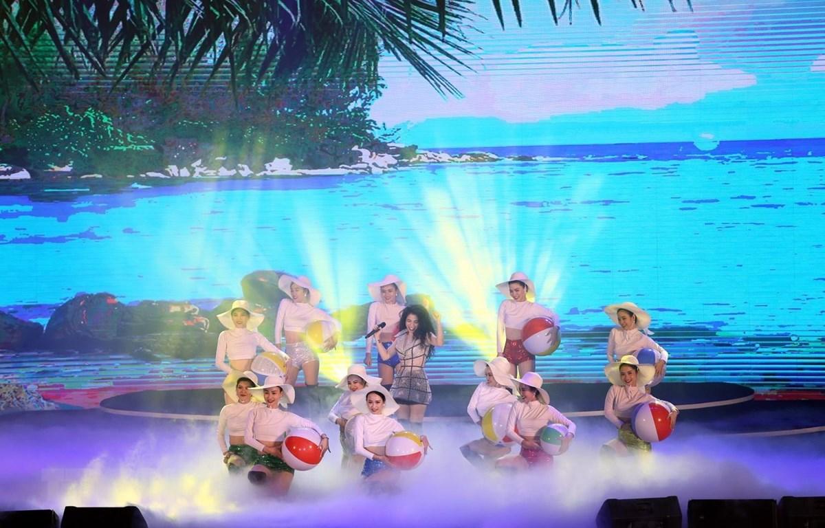 """Một tiết mục biểu diễn tại chương trình nghệ thuật """"Chào hè Hạ Long-Quảng Ninh 2020,"""" diễn ra ngày 16/5 vừa qua. (Ảnh: Bùi Đức Hiếu/TTXVN)"""