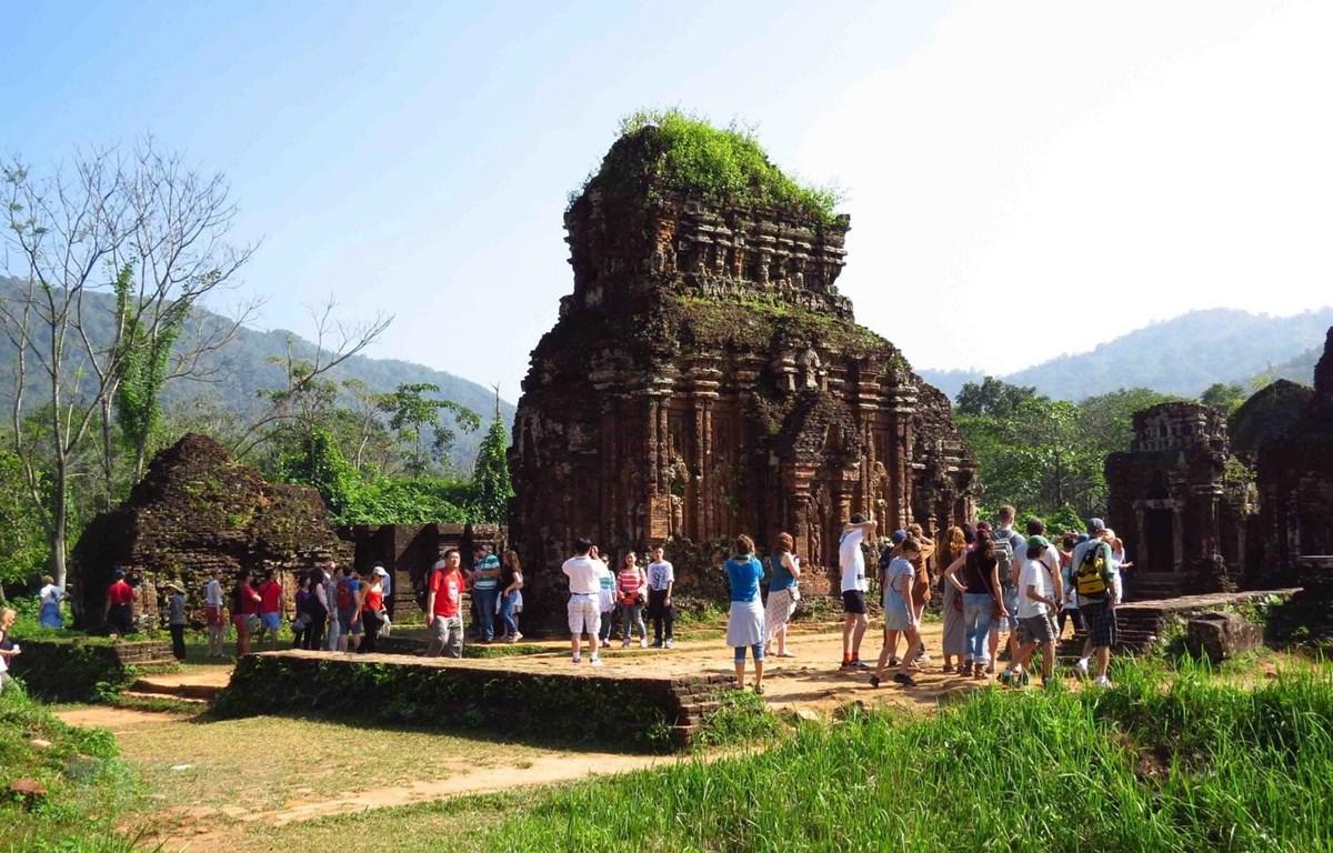 Khách du lịch bắt đầu quay trở lại tham quan Di sản Văn hóa thế giới Mỹ Sơn. (Ảnh: Hữu Trung/TTXVN)