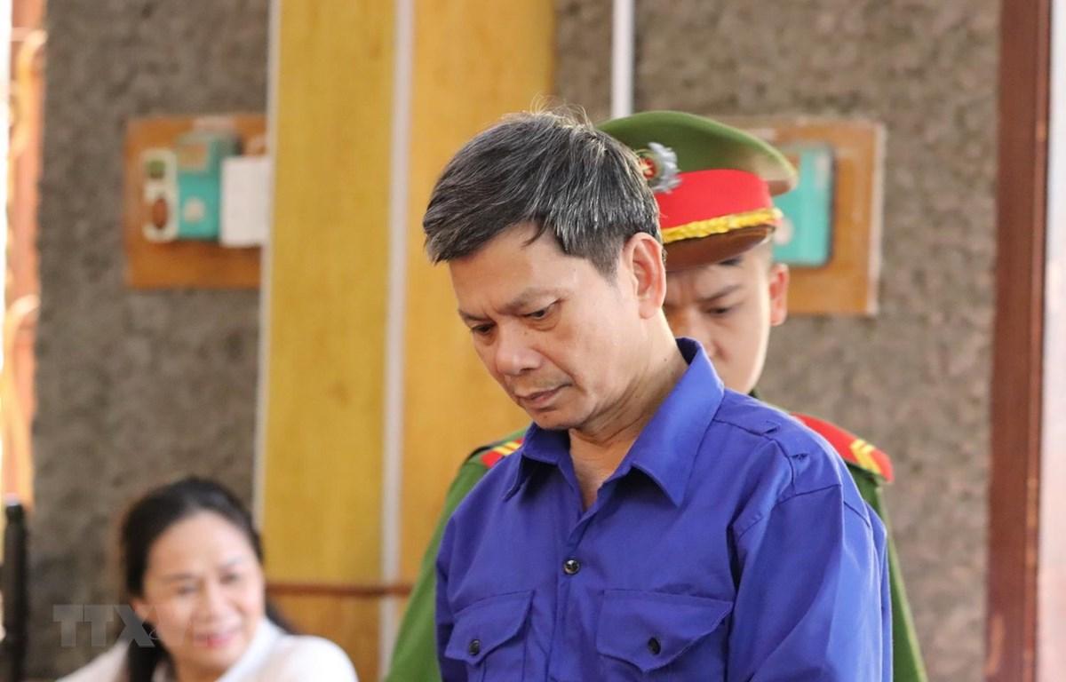 Bị cáo Lò Văn Huynh, nguyên Trưởng phòng Khảo thí và Quản lý chất lượng giáo dục, Sở Giáo dục và Đào tạo tại phiên tòa bị tuyên phạt tổng cộng 21 năm tù. (Ảnh: Hữu Quyết/TTXVN)