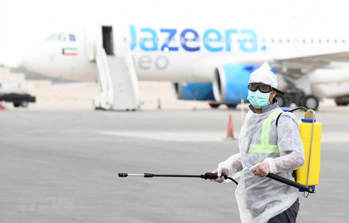 Phun thuốc khử trùng tại sân bay ở Kuwait. (Ảnh: THX/TTXVN)