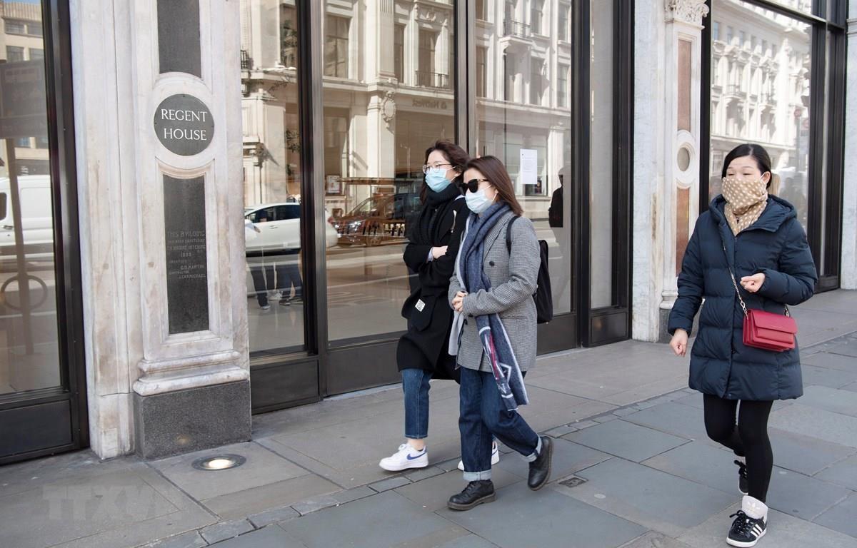 Các cửa hàng tại London phải đóng cửa do dịch COVID-19. (Ảnh: THX/TTXVN)