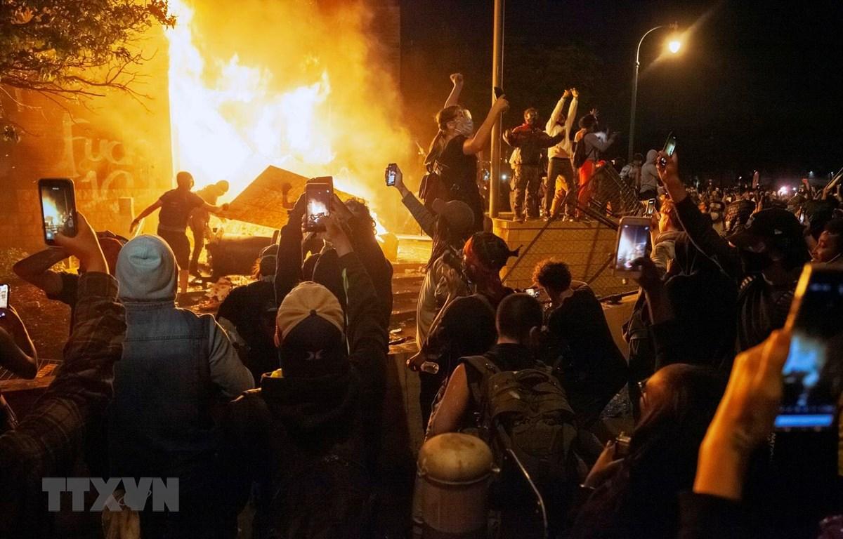 Người biểu tình phóng hỏa tòa nhà cơ quan cảnh sát nhằm phản đối việc một người đàn ông da màu bị cảnh sát sát hại tại Minneapolis, Minnesota, Mỹ ngày 28/5. (Ảnh: THX/TTXVN)