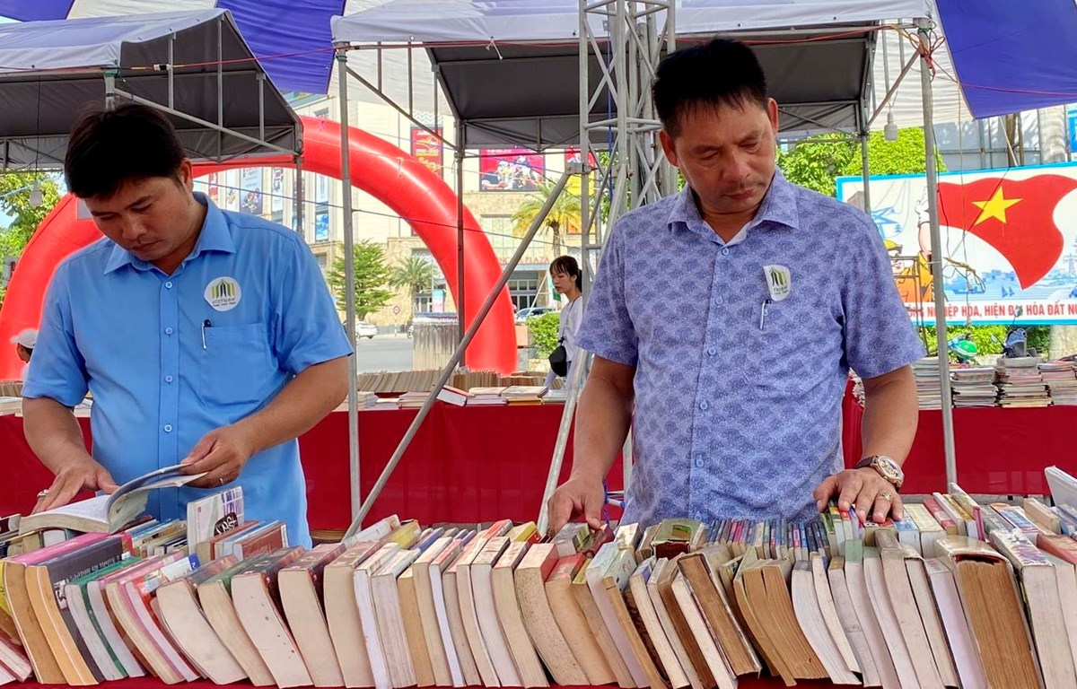 Độc giả tham gia Hội chợ Sách xuyên Việt 2020. (Ảnh: Mai Trang/TTXVN)