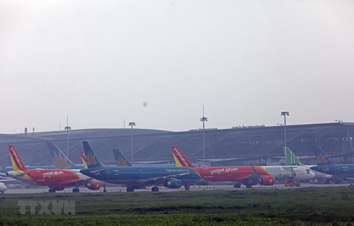 Máy bay của các hãng xếp hàng tại sân bay Nội Bài. (Ảnh: Huy Hùng/TTXVN)