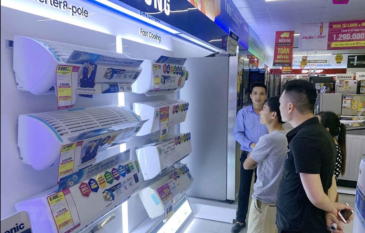 Nắng nóng gay gắt, người dân chọn mua điều hòa tại siêu thị. (Ảnh: Phạm Kiên/TTXVN)