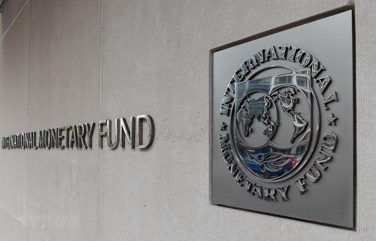 Logo của Quỹ tiền tệ quốc tế tại trụ sở ở Washington DC., Mỹ. (Ảnh: AFP/TTXVN)