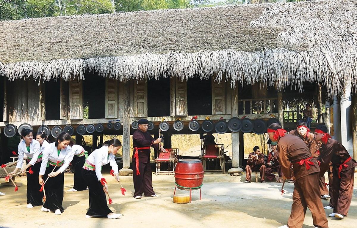 Trình diễn điệu trống đu của Câu lạc bộ văn hóa dân gian Mường xã Tất Thắng tại điểm du lịch cộng đồng xã Khả Cửu. (Nguồn: http://thanhson.phutho.gov.vn)
