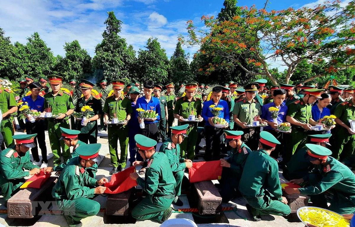 Lễ an táng 18 hài cốt liệt sỹ tại Nghĩa trang liệt sỹ huyện Cam Lộ. (Ảnh: Hồ Cầu/TTXVN)