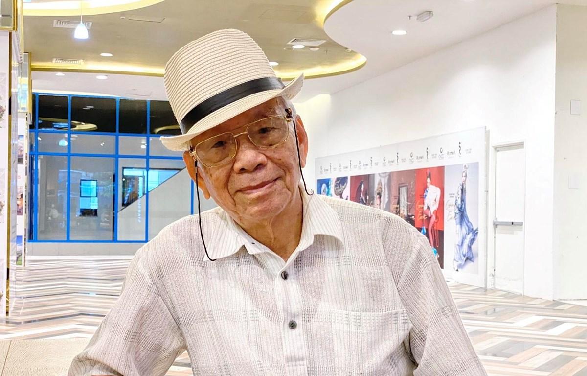 Nhà báo lão thành Phạm Văn Thính nay đã 85 tuổi nhưng tinh thần vẫn rất minh mẫn. (Ảnh: Hồng Giang/TTXVN)