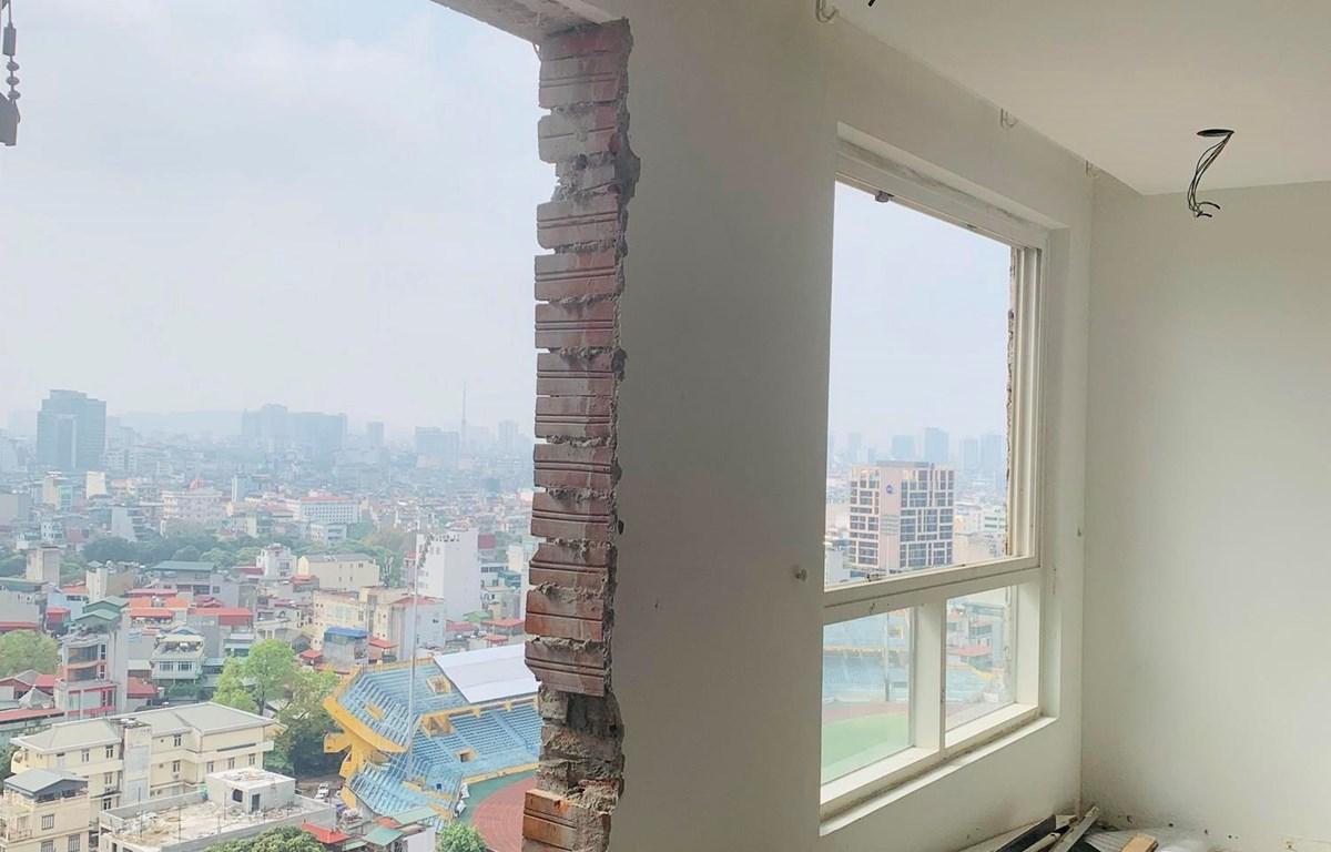Hiện trạng phá dỡ các bức tường ruột, tường ngăn của các phòng thuộc tầng 18 tại công trình xây dựng 8B Lê Trực, phường Điện Biên, quận Ba Đình, Hà Nội. (Ảnh: Minh Nghĩa/TTXVN)