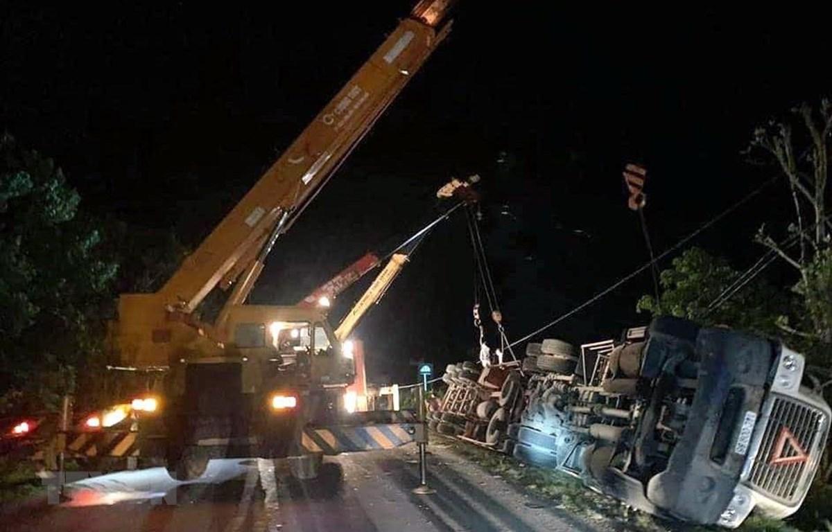 Hiện trường vụ tai nạn trên Quốc lộ 18, thuộc địa phận xã Quảng Minh, huyện Hải Hà, tỉnh Quảng Ninh. (Ảnh: TTXVN phát)