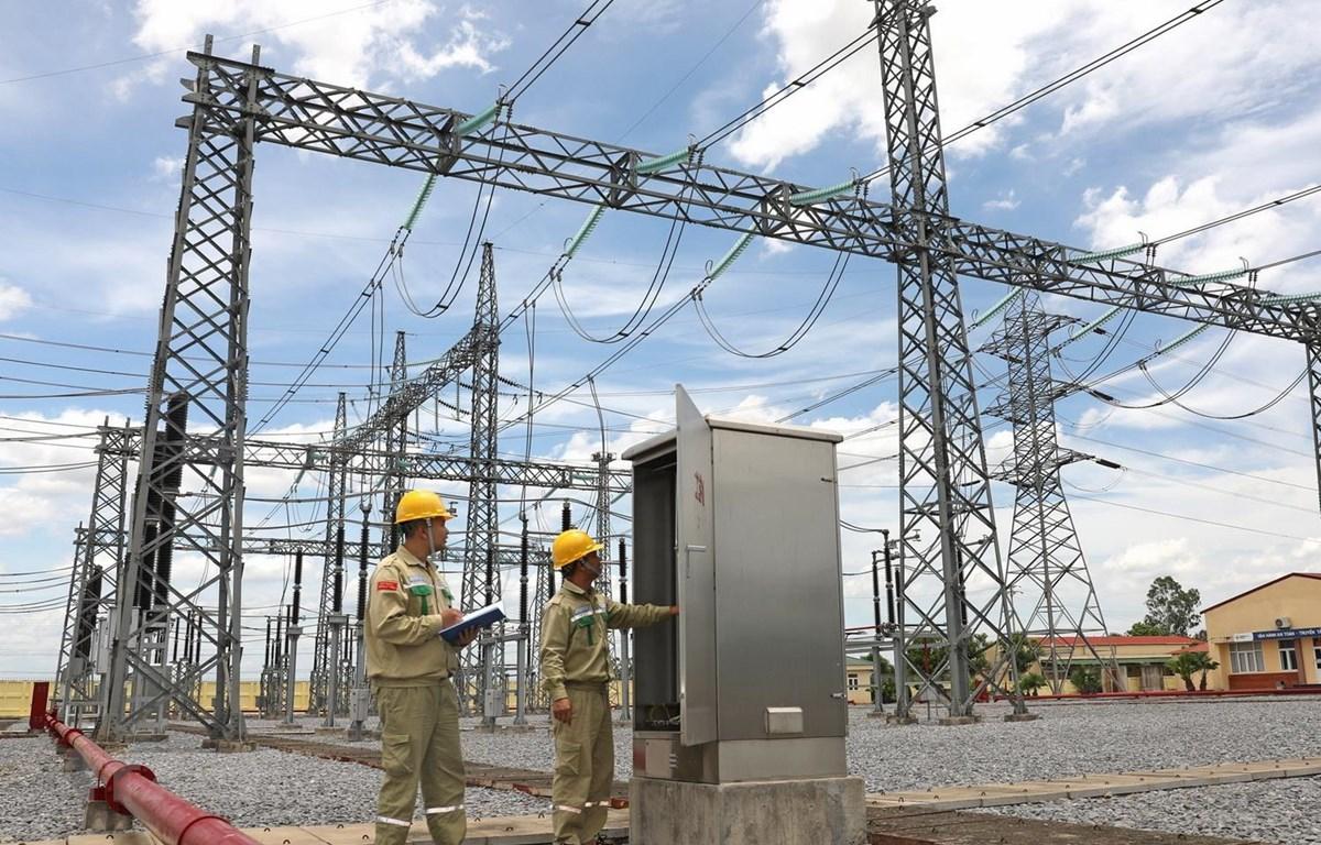 Do nhiệt độ tăng cao, công nhân Truyền tải Điện Nghệ An tăng cường kiểm tra kỹ thuật thiết bị trạm biến áp 220kV Đô Lương. (Ảnh: Ngọc Hà/TTXVN)