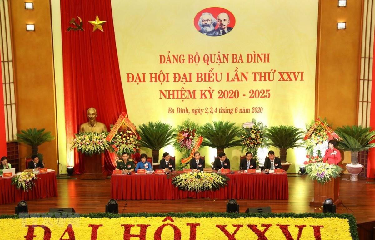 Đoàn Chủ tịch, Thư ký điều hành Đại hội đại biểu lần thứ XXVI Đảng bộ quận Ba Đình, Hà Nội. (Ảnh: Văn Điệp/TTXVN)