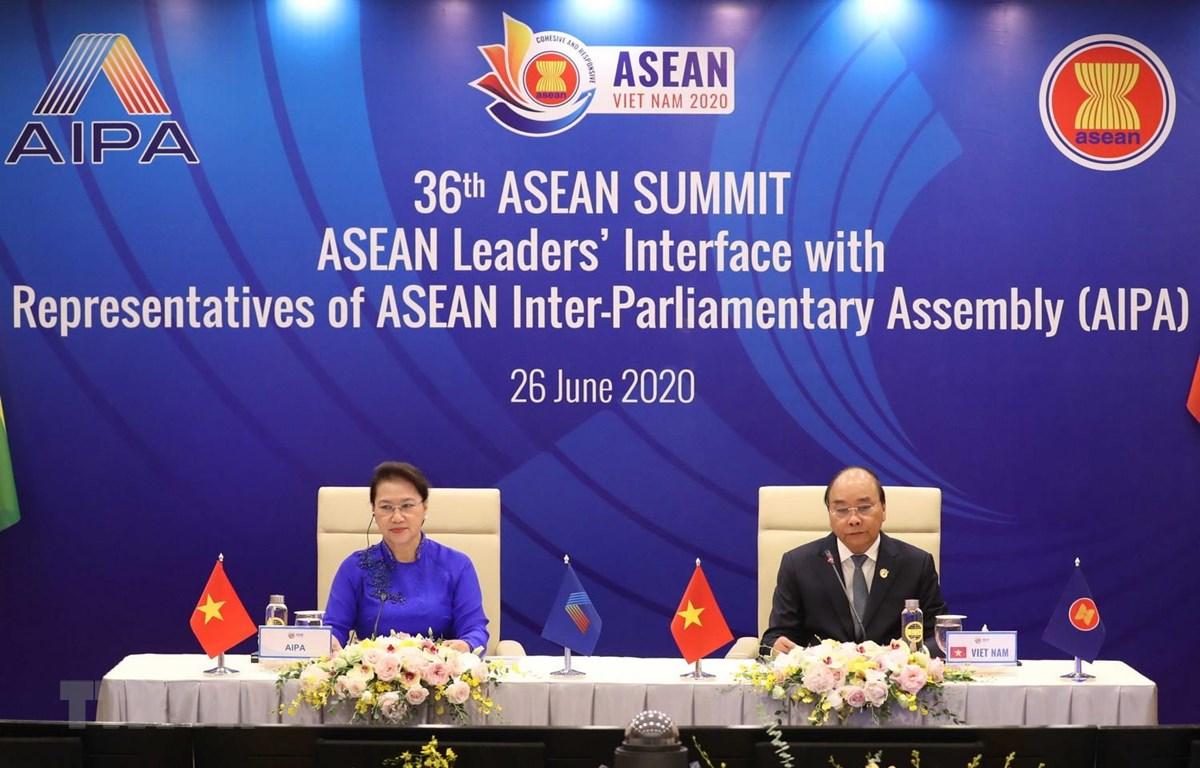 Thủ tướng Nguyễn Xuân Phúc, Chủ tịch ASEAN 2020 và Chủ tịch Quốc hội Nguyễn Thị Kim Ngân, Chủ tịch Hội đồng Liên Nghị viện ASEAN (AIPA) lần thứ 41 chủ trì Đối thoại giữa các Nhà lãnh đạo ASEAN và AIPA. (Ảnh: Thống Nhất/TTXVN)