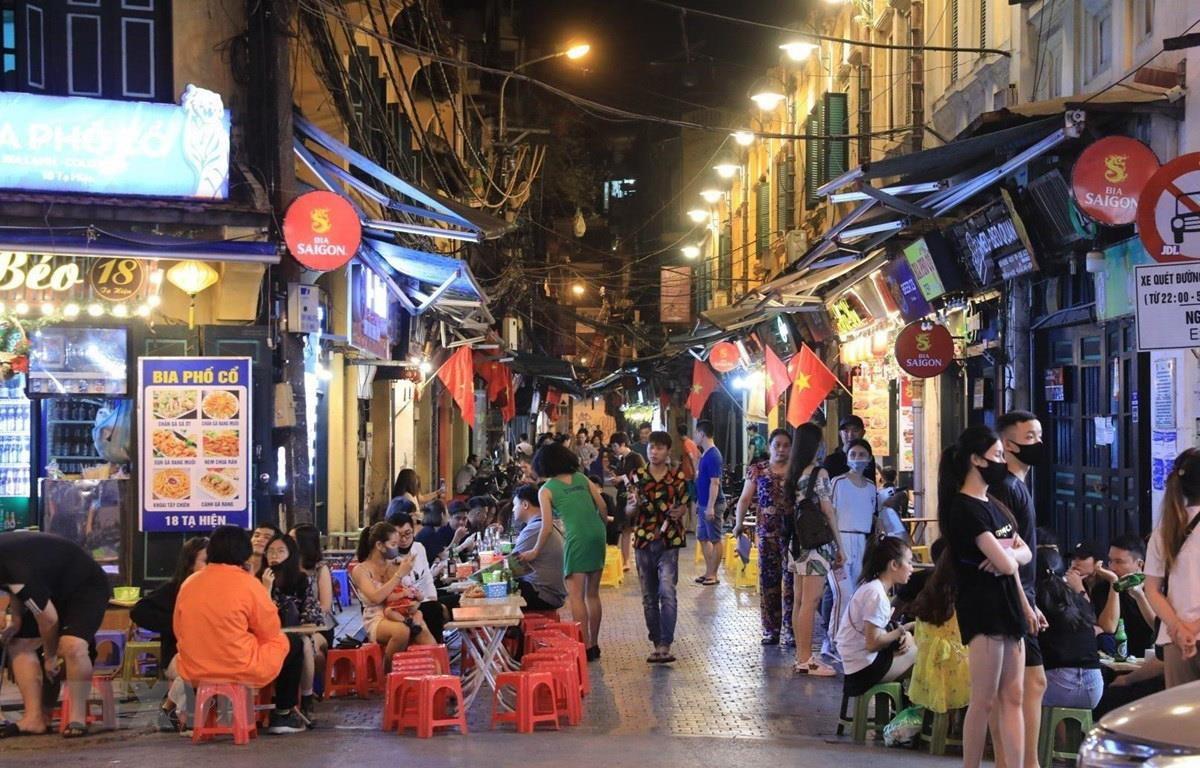 Phố Tạ Hiện - một điểm ăn chơi về đêm, thu hút đông du khách của Hà Nội. (Ảnh: Thành Đạt/TTXVN)