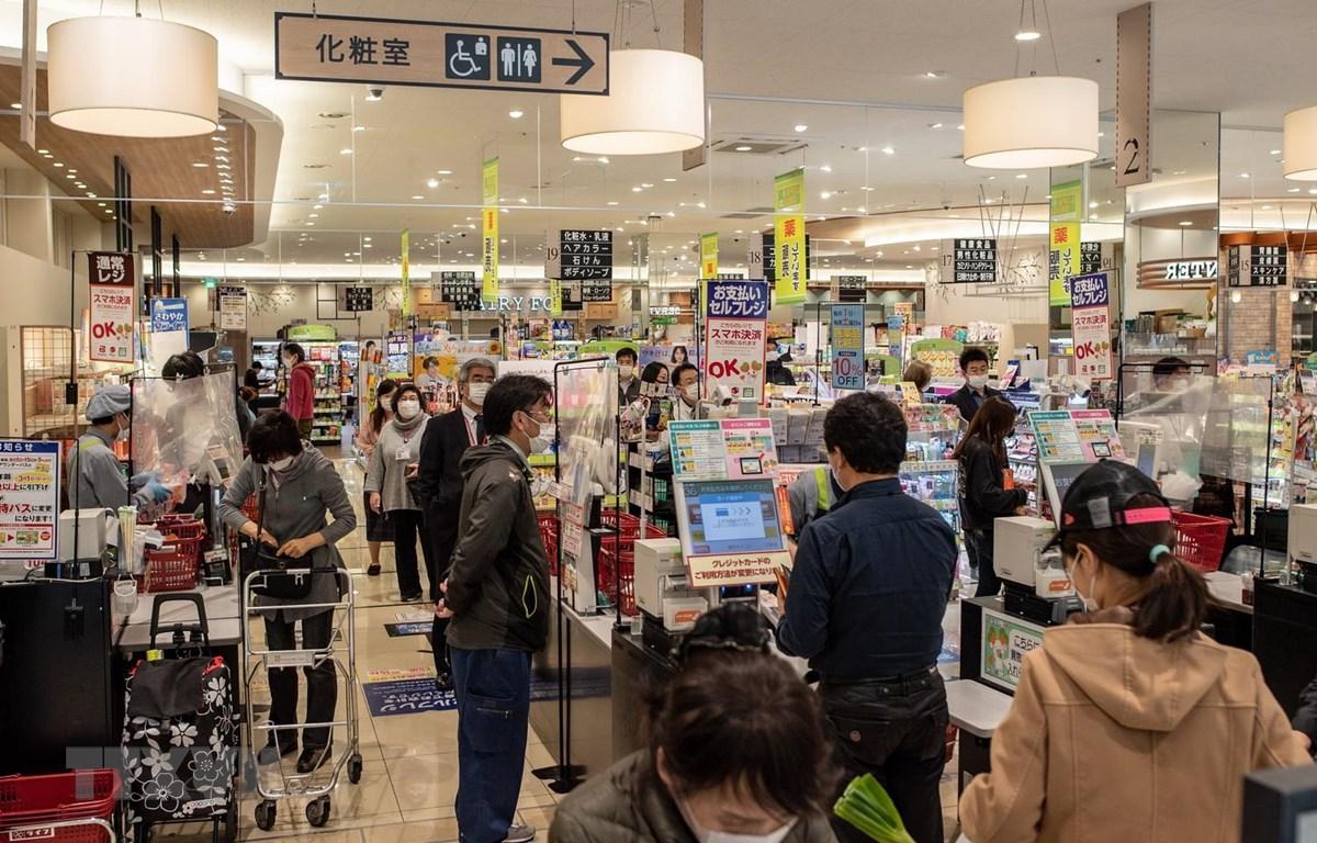 Người dân mua sắm tại một siêu thị ở Tokyo, Nhật Bản. (Ảnh: AFP/TTXVN)