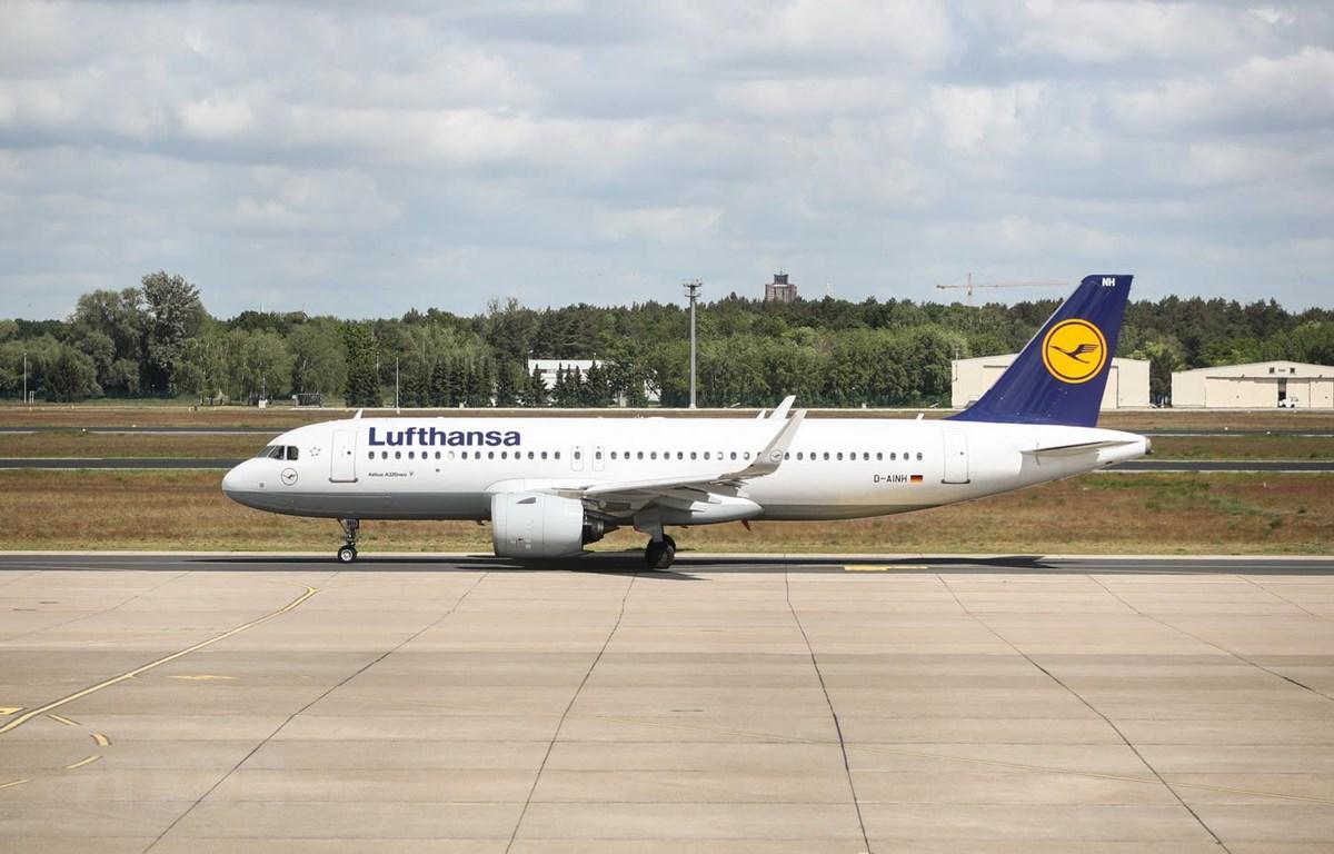 Máy bay của hãng hàng không Lufthansa tại sân bay Berlin Tegel ở thủ đô Berlin, Đức ngày 26/5 vừa qua. (Ảnh: THX/TTXVN)