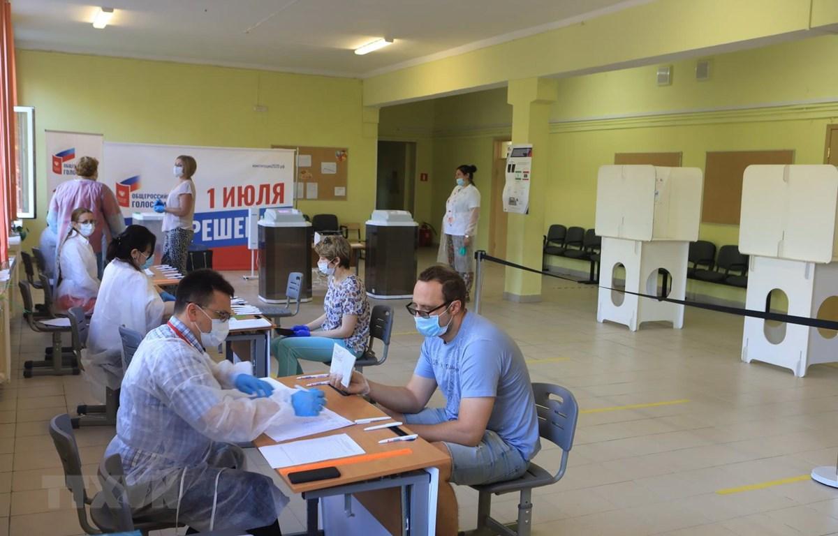 Người dân Nga làm thủ tục bỏ phiếu tại điểm bỏ phiếu 2167, quận Gagarin, thủ đô Moskva. (Ảnh: Duy Trinh/TTXVN)