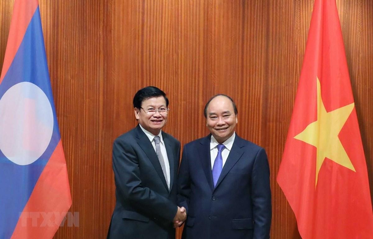 Thủ tướng Nguyễn Xuân Phúc hội đàm Thủ tướng Lào Thongloun Sisoulith. (Ảnh: Thống Nhất/TTXVN)