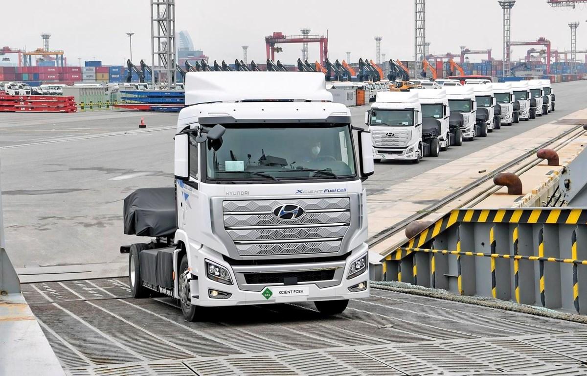 Xe tải chạy bằng hydro XCIENT được xuất khẩu tới Thụy Sĩ tại cảng Gwangyang, Hàn Quốc, ngày 6/7. (Ảnh: Yonhap/TTXVN)