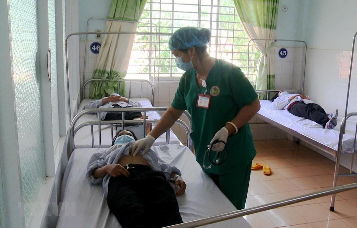 Các bác sỹ Bệnh viện Đa khoa tỉnh Gia Lai đang tập trung điều trị cho các bệnh nhân mắc bệnh bạch hầu. (Ảnh: Quang Thái/ TTXVN)