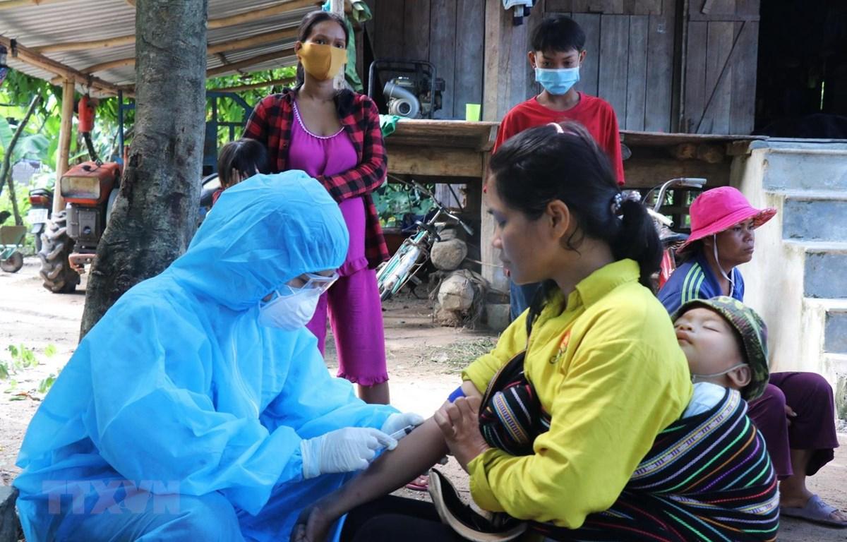 Nhân viên y tế lấy mẫu xét nghiệm bạch hầu tại buôn Diêo, xã Bông Krang, huyện Lắk, tỉnh Đắk Lắk. (Ảnh: Nguyễn Tuấn Anh/TTXVN)