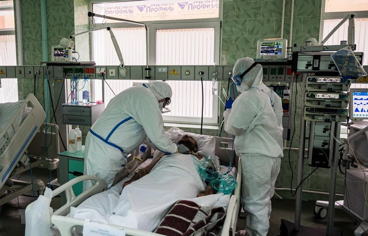 Nhân viên y tế điều trị cho bệnh nhân COVID-19 tại bệnh viện ở Moskva, Nga, ngày 17/5 vừa qua. (Ảnh: AFP/TTXVN)