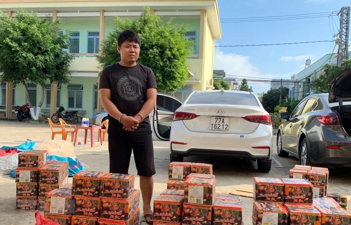 Mai Kim Viên, 27 tuổi, trú tại Phước An, Tuy Phước, Bình Định và tang vât bị thu giữ. (Ảnh: TTXVN phát)