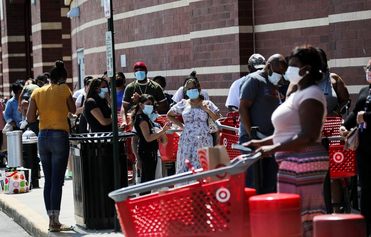 Người dân xếp hàng chờ mua sắm tại một cửa hàng bách hóa ở Mỹ ngày 16/7. (Ảnh: THX/TTXVN)