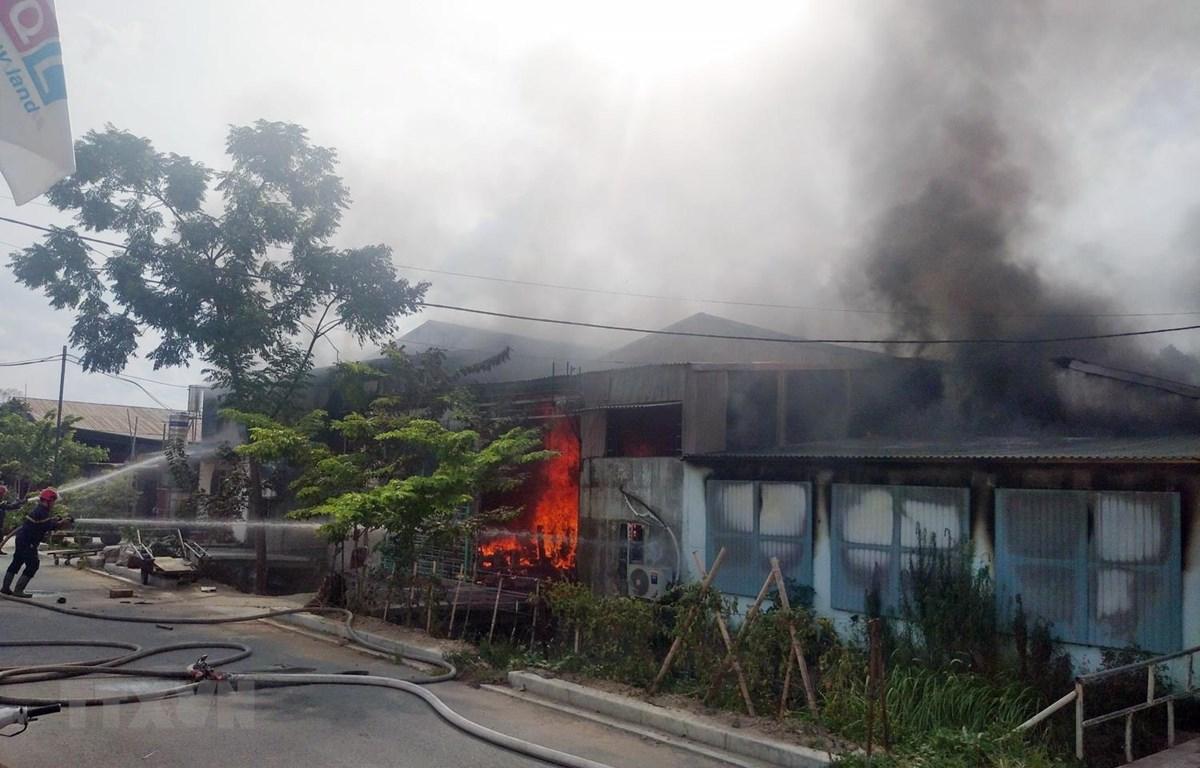 Hiện trường vụ cháy ở xưởng phun sơn đồ gỗ khiến 1 người tử vong và 1 người bị thương. (Ảnh: Thái Hùng/TTXVN)