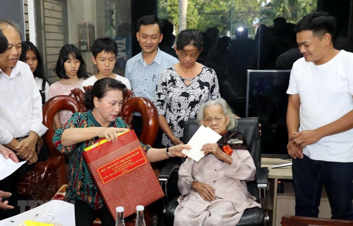 Chủ tịch Quốc hội Nguyễn Thị Kim Ngân thăm và tặng quà Mẹ Việt Nam Anh hùng Trần Thị Âm ở khối phố 2 phường An Sơn, thành phố Tam Kỳ. (Ảnh: Trọng Đức/TTXVN)