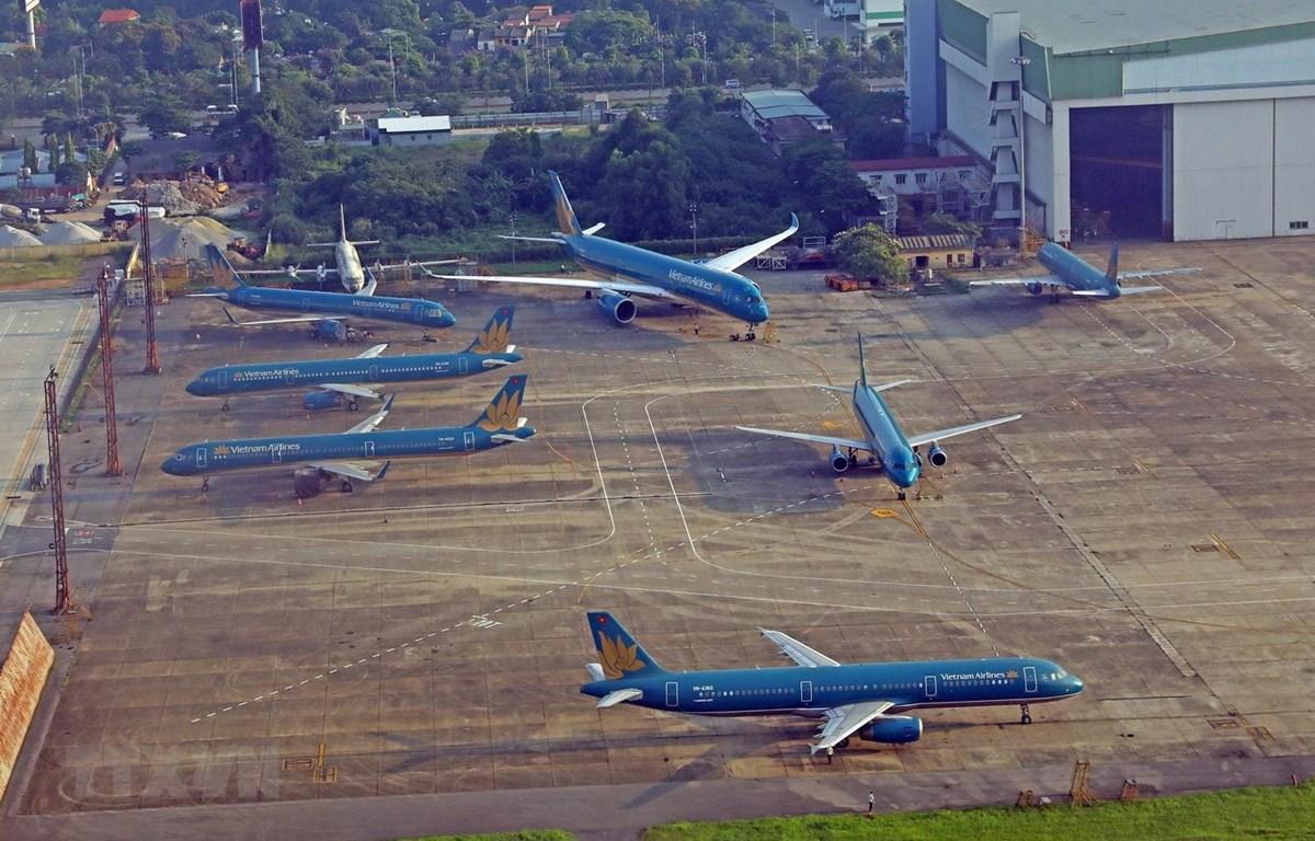 Máy bay của hãng hàng hàng không Vietnam Airrline đậu tại sân bay Nội Bài. (Ảnh: Huy Hùng/TTXVN)