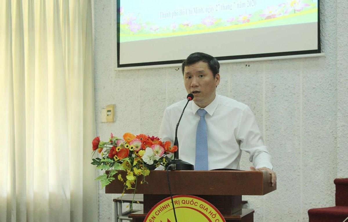 Phó Giáo sư, Tiến sỹ Lê Văn Lợi, Phó Giám đốc Học viện Chính trị quốc gia Hồ Chí Minh, phát biểu khai mạc Hội thảo. (Ảnh: Xuân Anh/TTXVN)