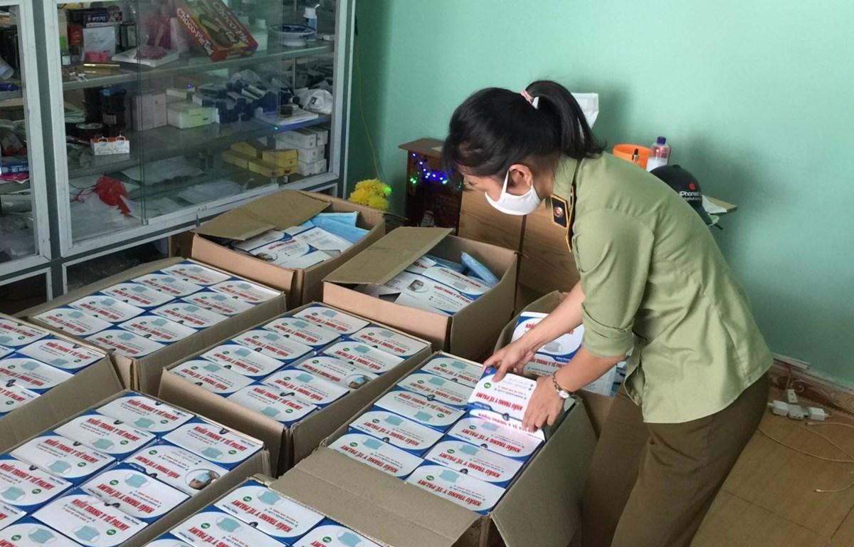 Lực lượng quản lý thị trường kiểm tra và thu giữ số khẩu trang không rõ nguồn gốc xuất xứ tại Đà Nẵng. (Nguồn: Quản lý thị trường)