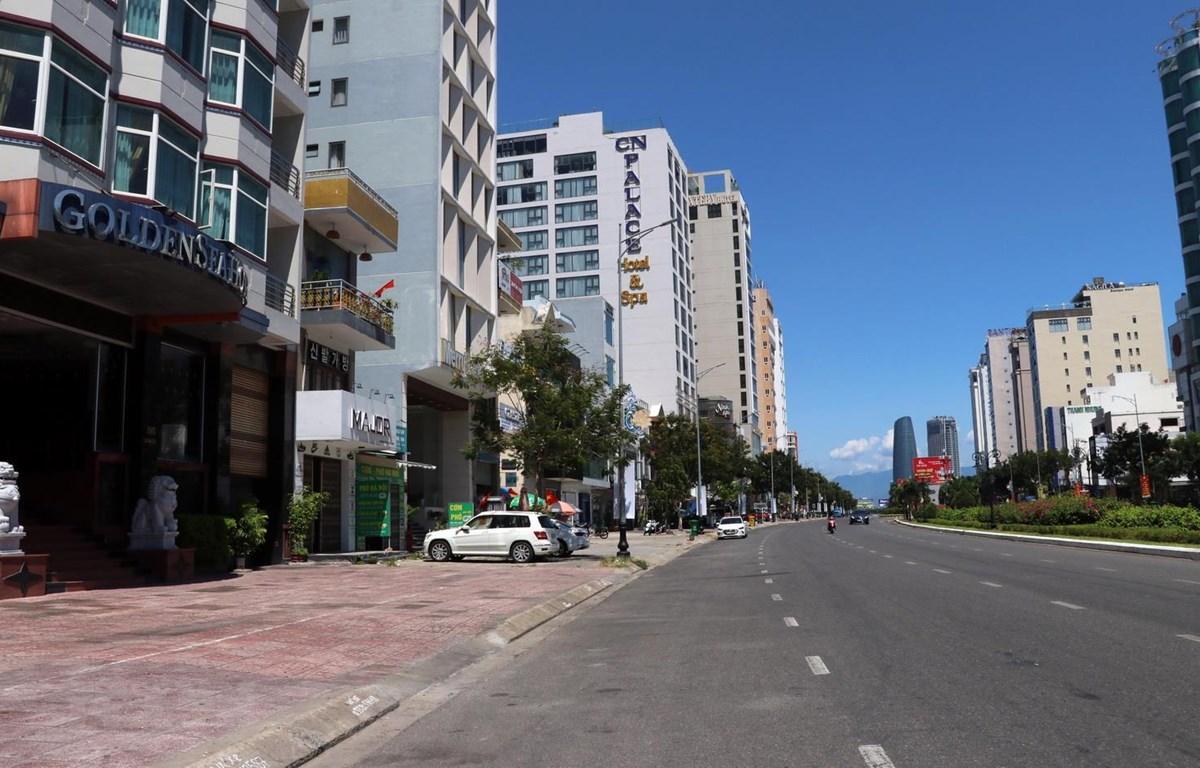 Các tuyến đường trên địa bàn Đà Nẵng thưa vắng người ra đường vì thực hiện giãn cách xã hội để phòng, chống dịch COVID-19.  (Ảnh: Trần Lê Lâm/TTXVN)