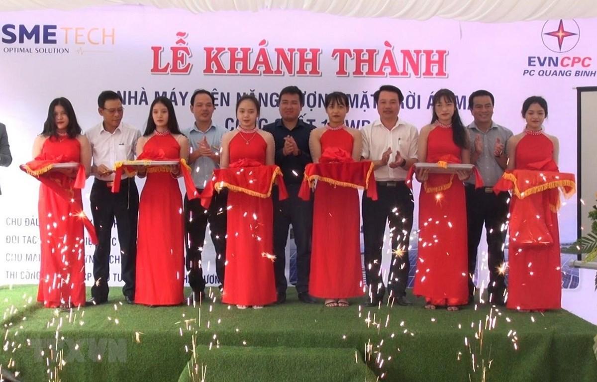 Lễ cắt băng khánh thành công trình điện mặt trời mái nhà lớn nhất tỉnh Quảng Bình đi vào đóng điện vận hành. (Ảnh: Đức Thọ/TTXVN)