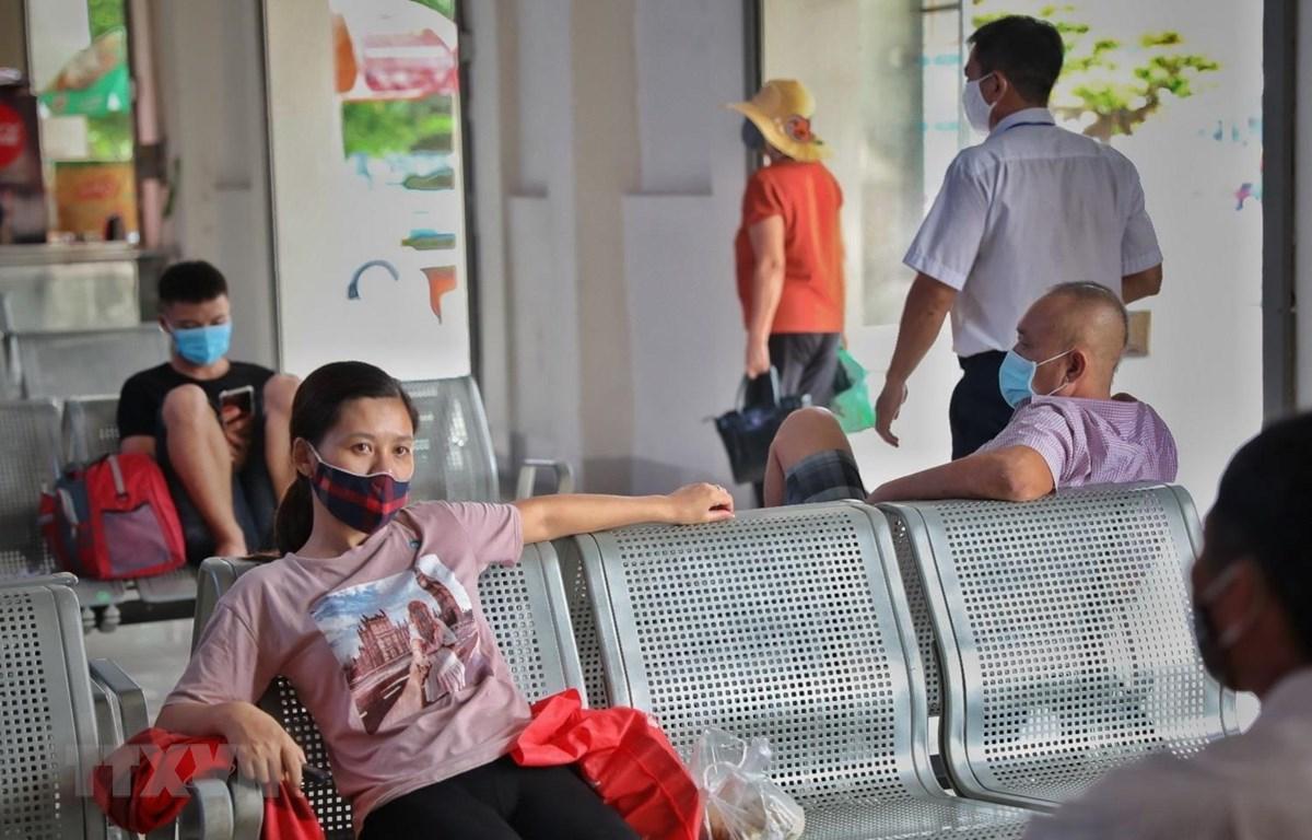 Nhiều hành khách đeo khẩu trang tại bến xe Giáp Bát, Hà Nội. (Ảnh: Danh Lam/TTXVN)