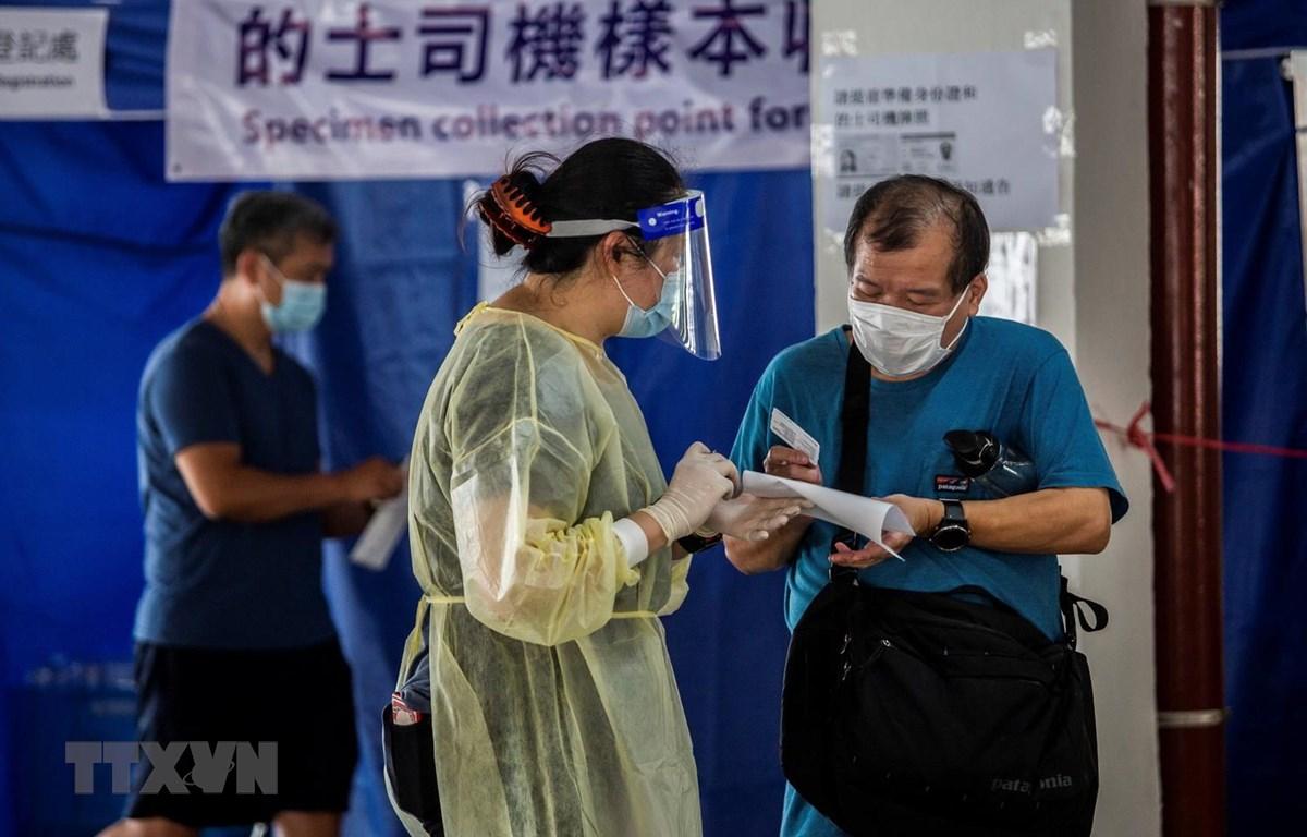 Một điểm xét nghiệm COVID-19 tại Hong Kong, Trung Quốc, ngày 19/7 vừa qua. (Ảnh: AFP/TTXVN)