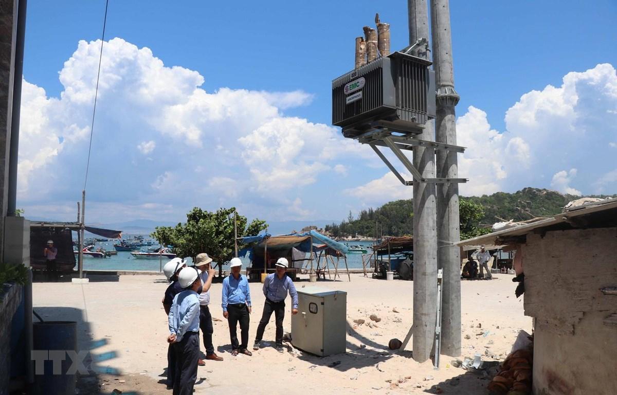 Một trong 2 trạm biến áp trên đảo Nhơn Châu vừa được lắp đặt. (Ảnh: Phạm Kha/TTXVN)